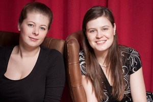 Cellistin Lisa Mersmann (v.l.) und Konzertpädagogin Lisa Klingenburg wollen Kindern Musik näherbringen. Foto: Doris Waltersbacher