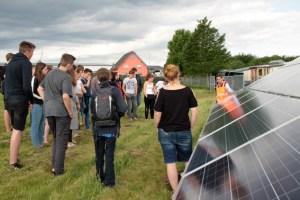 Photovoltaik-Experte Alexander Böhmer erklärte nicht nur die Funktionsweise eines Solarmoduls, sondern erinnerte auch an die lange Geschichte der sonnenergetischen Nutzung. Bild: Michael Thalken/Eifeler Presse Agentur/epa