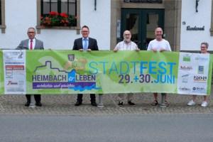 Bürgermeister Peter Cremer (links) und der Vorsitzende vom Heimbach-Tourismus e.V., Georg Wergen (2. von rechts), mit Mitgliedern des Organisationskomitees bei der Präsentation des Programms zum diesjährigen Stadtfest. Bild: Stadt Heimbach