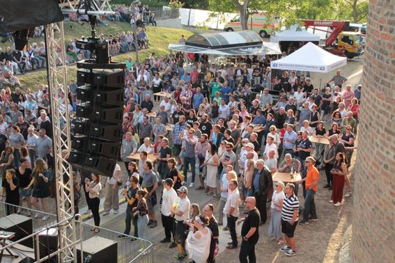Das Publikum war hellauf begeistert von der professionellen Performance der Spitzenmusiker. Bild: Michael Thalken/Eifeler Presse Agentur/epa