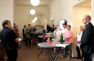 Bernd Wawer (l.) schilderte den Gästen und Ingo Pfennings (r.), Bürgermeister Schleiden, seine persönlichen Eindrücke, die er während seiner beiden Aufenthalte in Tschernobyl gewonnen hat. Foto: Stadt Schleiden/Kerstin Wielspütz