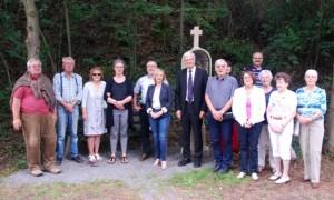 Mitglieder des Dorfverschönerungsvereins Iversheim und Bürgermeister Sabine Preiser-Marian (Mitte) bei der Einweihung des Susannenkreuzes. Bild: Marita Hochgürtel
