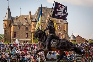 Ein mittelalterliches Turniertreiben kann man auf Burg Satzvey erleben. Foto: Mike Göhre/Der Fotoschmied