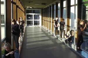 Auch ein Schulflur bietet viele Möglichkeiten für eine künstlerische Inszenierung. Bild: Tameer Gunnar Eden/Eifeler Presse Agentur/epa