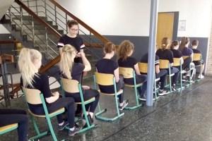 Aus ein paar Stühlen wird in der Phantasie der Darsteller ein Zug. Bild: Tameer Gunnar Eden/Eifeler Presse Agentur/epa