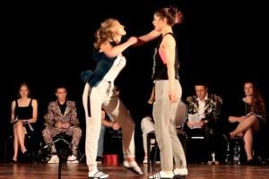 Auf der Bühne mussten die Schülerinnen und Schüler immer wieder auch körperlich aus sich herausgehen. Bild: Michael Thalken/Eifeler Presse Agentur/epa