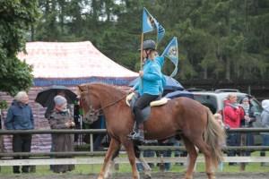 Traditionell gehen die Pferdesportler vom IPN beim Einmarsch zur Siegerehrung voran. Bild: Michael Thalken/Eifeler Presse Agentur/epa