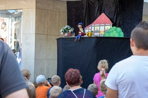 """Zahlreiche Kinder und Eltern vergnügten sich bei der Kasper-Vorstellung vom Figurentheater """"spielbar"""". Bild: Tameer Gunnar Eden/Eifeler Presse Agentur/epa"""