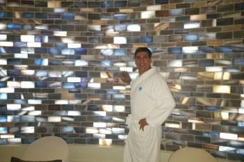 4000 Salzfliesen aus persischem Blausalz, Pinksalz und Halit hat Morteza Bayat zusätzlich in seiner neuen Salzgrotte anbringen lassen, um für ein Wohlfühlambiente zu sorgen. Bild: Bayat