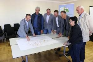 Der Projektleiter Hans-Gerd Dick (1.v.l.) stellt dem Vorsitzendem der LAG Zülpicher Börde Albert Bergmann (2.v.l.), dem Bürgermeister der Stadt Zülpich Ulf Hürtgen (3.v.r.), dem Geschäftsführer und Regionalmanager Peter Wackers (4.v.l.) und verschiedenen Projektbeteiligten, v.l.: Peter Hüvelmann (Gemeinde Vettweiß), Helmut Kemmerling (Vettweiß), Dagmar Wegner (Gemeinde Nörvenich), das Projekt vor. Bild: LAG Zülpicher Börde