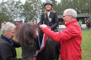 Für die Vierbeiner der Kreismeister gab es von KSK-Vorstandsmitglied eine Schärpe. Bild: Michael Thalken/Eifeler Presse Agentur/epa
