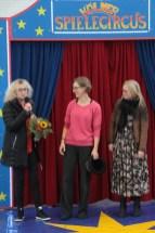 Für die Direktorin des KSK-Vorstandsstabs Rita Witt (links) gab es von Sandra Merks (v.l.) und Sabine Bohsem einen Blumenstrauß. Bild: Michael Thalken/Eifeler Presse Agentur/epa