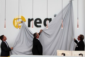 Enthüllten gemeinsam das neue Logo des fusionierten Energiedienstleisters: Die Geschäftsführer Stefan Dott (v.l.), Markus Böhm und Christian Metze. Bild: Michael Thalken/Eifeler Presse Agentur/epa