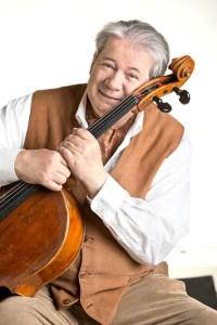 Der Cellist Thomas Beckmann spielt für die Schleiderner Flüchtlingshilfe. Bild: Beckmann