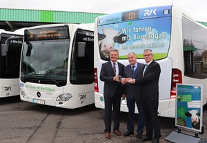 Sie präsentieren den symbolischen Schlüssel für die Bio-Erdgasbusse: Landrat und RVK-Aufsichtsratsvorsitzender Günter Rosenke (v.l.), RVK-Geschäftsführer Eugen Puderbach und Hansmartin Rosin (Daimler Buses).
