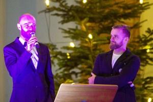 Zwischen den Liedern stellte Moderator Martijn Theisen (v.l.) die Künstler wie hier Jakub Wocial vor. Bild: Tameer Gunnar Eden/Eifeler Presse Agentur/epa