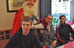 """Der """"Heilige Mann"""" besuchte die Caritas-Tagesstätte für Wohnungslose in der Kommerner Straße in Euskirchen. Foto: ist Carsten Düppengießer/Caritas Euskirchen"""