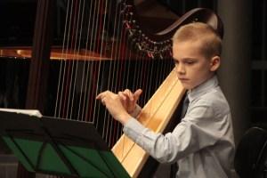 Einer der wenigen Harfenisten: Jeremias Tetzlaff an seinem Lieblingsinstrument. Bild: Michael Thalken/Eifeler Presse Agentur/epa