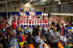 Volles Haus bei den NEW Kuchenheim: Bei der traditionellen Karnevalssitzung war auch die KG Gemütlichkeit Dom Esch zu Besuch. Bild: Tameer Gunnar Eden/Eifeler Presse Agentur/epa
