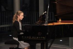 Für ihre Darbietungen am Klavier erhielt Paula Coenen den zweiten Preis. Bild: Michael Thalken/Eifeler Presse Agentur/epa