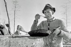 Mit Axt und Pfanne: Ein Waldarbeiter bei der Mittagspause. Foto: Heinz H. Naumann