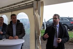 Freut sich über seine wachsende Kommune und lebt selbst in einem Neubaugebiet: Joachim Kuhnt (r.), Bürgermeister Vettweiß. Bild: Tameer Gunnar Eden/Eifeler Presse Agentur/epa