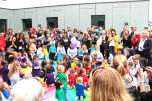 """Die 131 Kinder der neuen Kita """"Kreismäuse"""" bedankten sich bei allen, die bei der Realisierung der Einrichtung mitgewirkt hatten. Bild: Michael Thalken/Eifeler Presse Agentur/epa"""