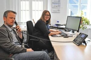 Martin Jost (Vorstand) und Carmen Sciuka (Mitarbeiterin) am Kummertelefon. Bild: Carsten Düppengießer