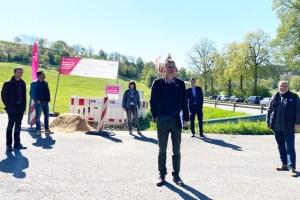Dahlems Bürgermeister Jan Lembach (vorne) mit den Beteiligten am kreisweiten Breitbandprojekt. Bild: T. Notarius/Gemeinde Dahlem