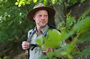 Schon seit Gründung des Nationalparks Eifel 2004 betreut Ranger Sascha Wilden mit seinen Kollegen das besondere Schutzgebiet. Hin und wieder muss er Gäste an die Ge- und Verbote erinnern, die in einem Nationalpark gelten – mit der Anzahl der Besuchenden nehmen aktuell auch die Verstöße zu. Foto: Nationalparkverwaltung Eifel/M. Weisgerber