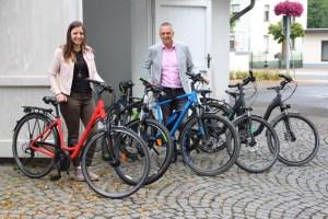 Bürgermeister Rudolf Westerburg und die Leiterin der TouristInfo, Julia Schößler, präsentieren stolz den Fahrradfuhrpark. Bild: Gemeinde Hellenthal