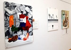 Die diesjährige Gemeinschaftsausstellung der Galerie Eifel Kunst widmet sich dem ersten Artikel des Grundgesetzes. Foto: Marita Rauchberger