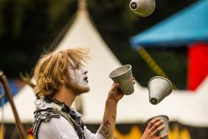 Unter anderem Gaukler sind bei den Ritterfesten auf Burg Satzvey angekündigt. Foto: Mike & Susanne Göhre/der fotoschmied