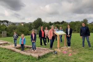 Der neue Naturerlebnispfad in Blankenheim wurde jetzt im Beisein von Bürgermeister Rolf Hartmann (rechts) und den ehrenamtlichen Akteuren eröffnet. Bild: Martina Klaes/Gemeinde Blankenheim