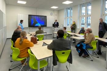 Der stellvertretende Schulleiter, Stefan Marenbach, stellte mit Harald Petzing die neuen digitalen Tafelsysteme vor. (© Stadt Schleiden / Kerstin Wielspütz)