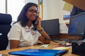Bei der Caritas Eifel hat Apaarna Mahadevan einen passenden Arbeitsplatz gefunden. Bild: Tameer Gunnar Eden/Eifeler Presse Agentur/epa