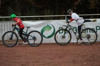 In der Wechselzone hieß es, vom Laufen so schnell wie möglich aufs Mountainbike zu wechseln. Bild: Michael Thalken/Eifeler Presse Agentur/epa
