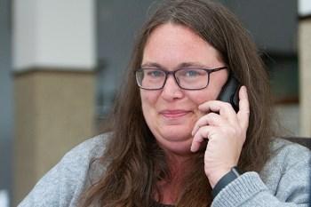 Teil des Teams bei Glasmacher Immobilien ist Elke Syré durch einen von NEWJOB vermittelten Arbeitsplatz. Bild: Tameer Gunnar Eden/Eifeler Presse Agentur/epa