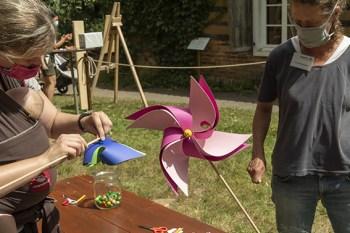 Damit es in den Ferien nicht langweilig wird, kann man im LVR-Freilichtmuseum Kommern etwa Windräder bauen. Foto: : Hans-Theo Gerhards/LVR