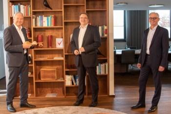 KSK-Vorstandsvorsitzender Udo Becker (Mitte) und KSK-Vorstandsmitglied Holger Glück (rechts) überreichten Wolfgang Krüger einen symbolischen Schlüssel und nahmen ihn so in der Vorstandsetage auf. Bild: Tameer Gunnar Eden/Eifeler Presse Agentur/epa