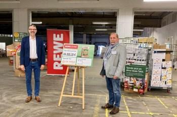 Jürgen Rölle (links), Geschäftsleiter Vertrieb der REWE Region West, und Wolfgang Weilerswist, Vorsitzender des Landesverbandes der Tafeln NRW, bei der Übergabe der gespendeten Ware im Dienstleistungszentrum der REWE West in Hürth-Efferen. Bild: REWE