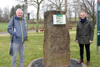 """Bürgermeister Rudolf Westerburg (rechts) sowie Gotthard Kirch am neu aufgestellten Hörstein am """"Hollerather Knie"""". Bild: Gemeinde Hellenthal"""