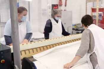Beim Bügelprofi werden viele Arbeiten gemeinschaftlich erledigt. Bild: Tameer Gunnar Eden/Eifeler Presse Agentur/epa