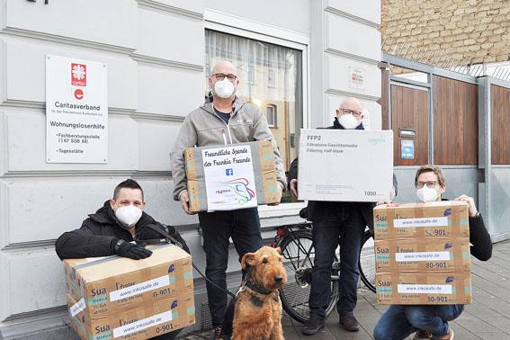 Ingo und Jörg Borgard, v.l. , die Initiatoren der Spendenaktion, übergaben die Masken an Bernhard Becker (Vorstand, Caritas) und Markus Niederstein (Caritas). Bild: Carsten Düppengießer