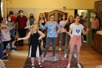 Um den Besuchern einen Eindruck von der Arbeit zu vermitteln, zeigten die jungen Leute eine der einstudierten Gesangs- und Tanzeinlagen für den Musicalfilm. Bild: Michael Thalken/Eifeler Presse Agentur/epa