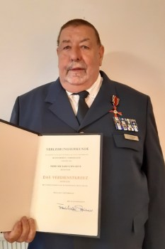 Richard Schwarzer ist ein echtes Urgestein des THW. Zu seinen zahlreichen Auszeichnungen für verschiedenste Verdienste wurde ihm jetzt darüber hinaus das Bundesverdienstkreuz verliehen. Bild: Daniel Schwarzer/THW