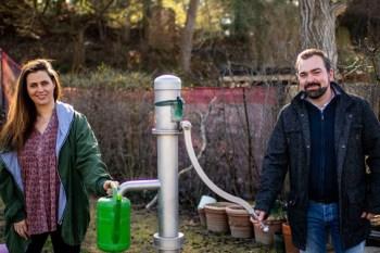 Elisa Mc Clellan (Caritas / LEADER-Projekt BUNT) und Benedikt Trenz (Seepark Zülpich gGmbH) laden in den Interkulturellen Garten ein. Bild: Tom Steinicke/Caritas