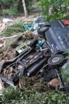 In einer Tallage an der Urft bei Sötenich lagen gleich mehrere aus Urft angeschwemmte Autos übereinander. Foto: Reiner Züll