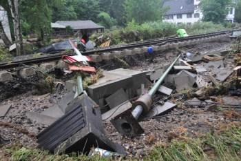 Die Bahnlinie Köln-Trier wurde zwischen Urft und Kall streckenweise metertief unterspült. Eine Wiederherstellung dürfte Wochen in Anspruch nehmen. Foto: Reiner Züll