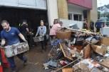 Viele freiwillige Helfer stellten sich am Samstag und Sonntag ein, um die Feuerwehr beim Entrümpeln des Gerätehauses zu unterstützen. Foto: Reiner Züll